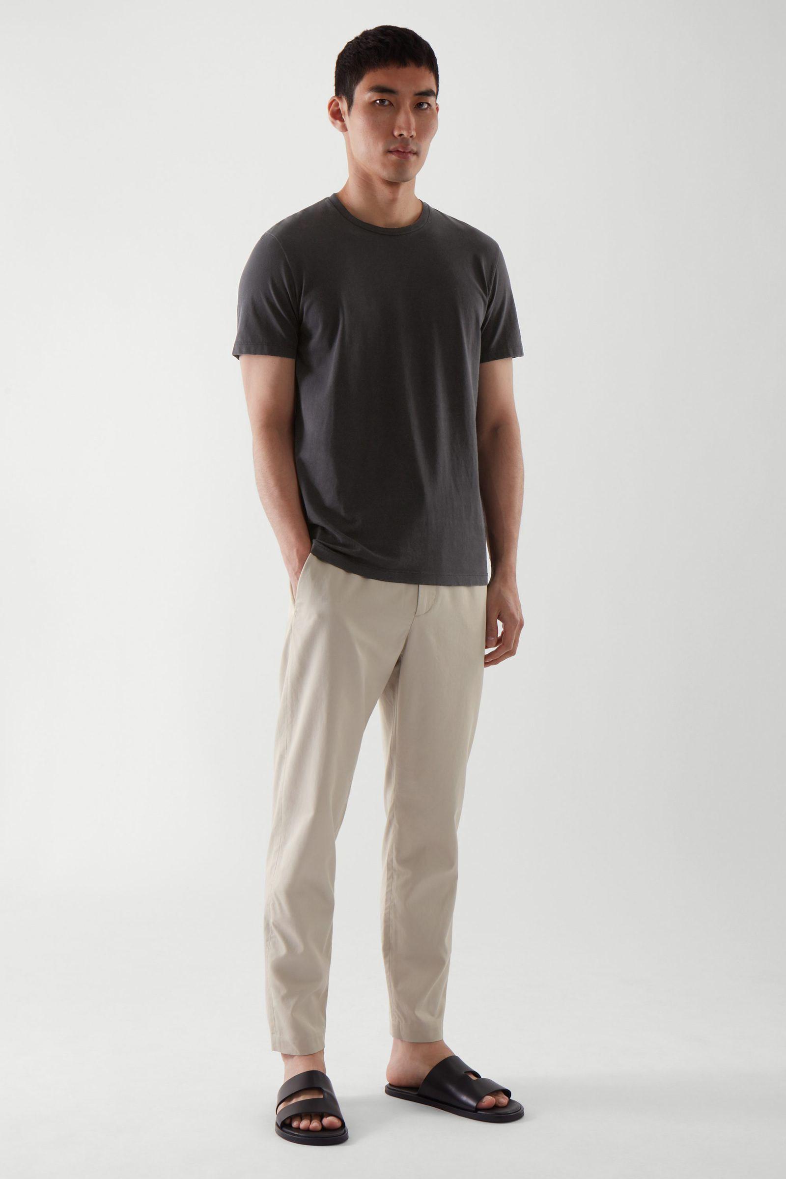 COS 라운드 넥 티셔츠의 블랙컬러 ECOMLook입니다.