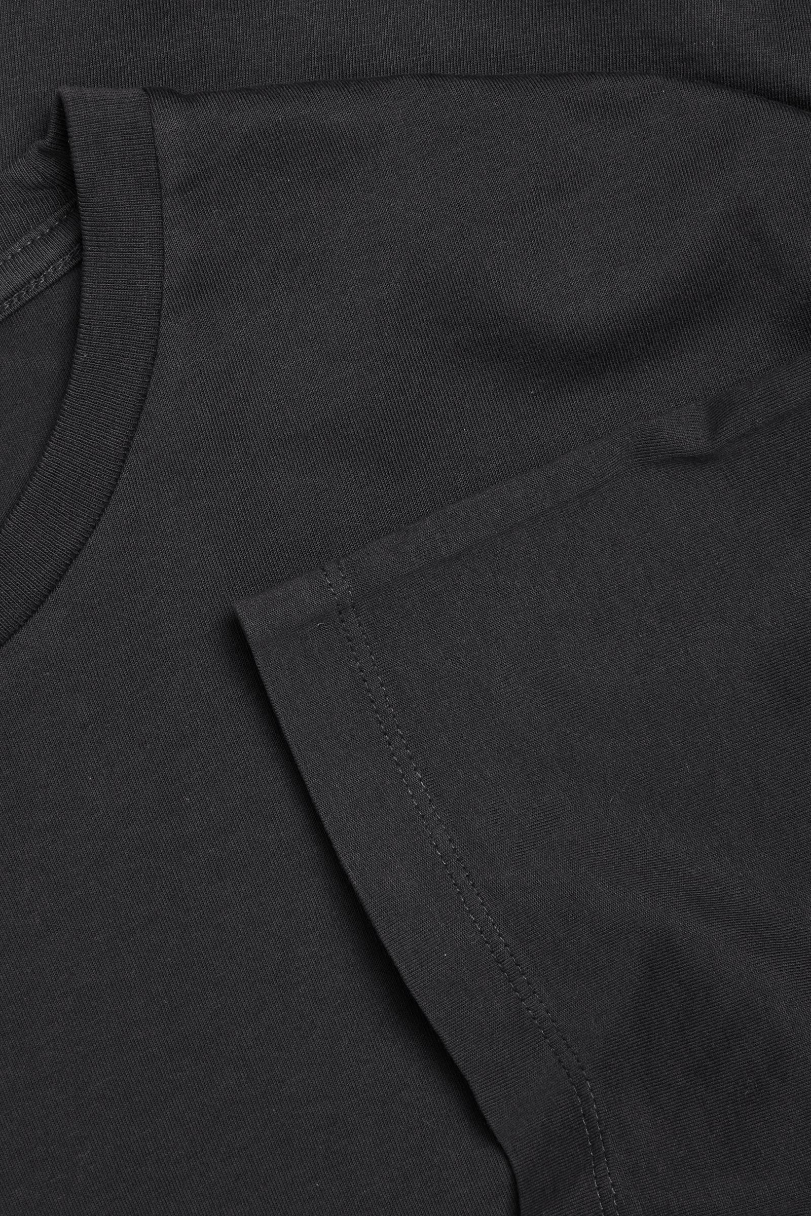 COS 라운드 넥 티셔츠의 블랙컬러 Detail입니다.