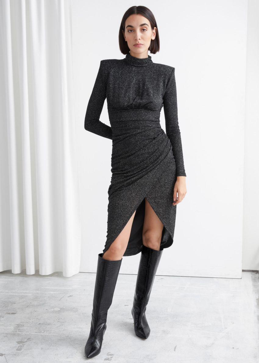 앤아더스토리즈 드레이프 패디드 숄더 미디 터틀넥 드레스의 블랙 글리터컬러 ECOMLook입니다.