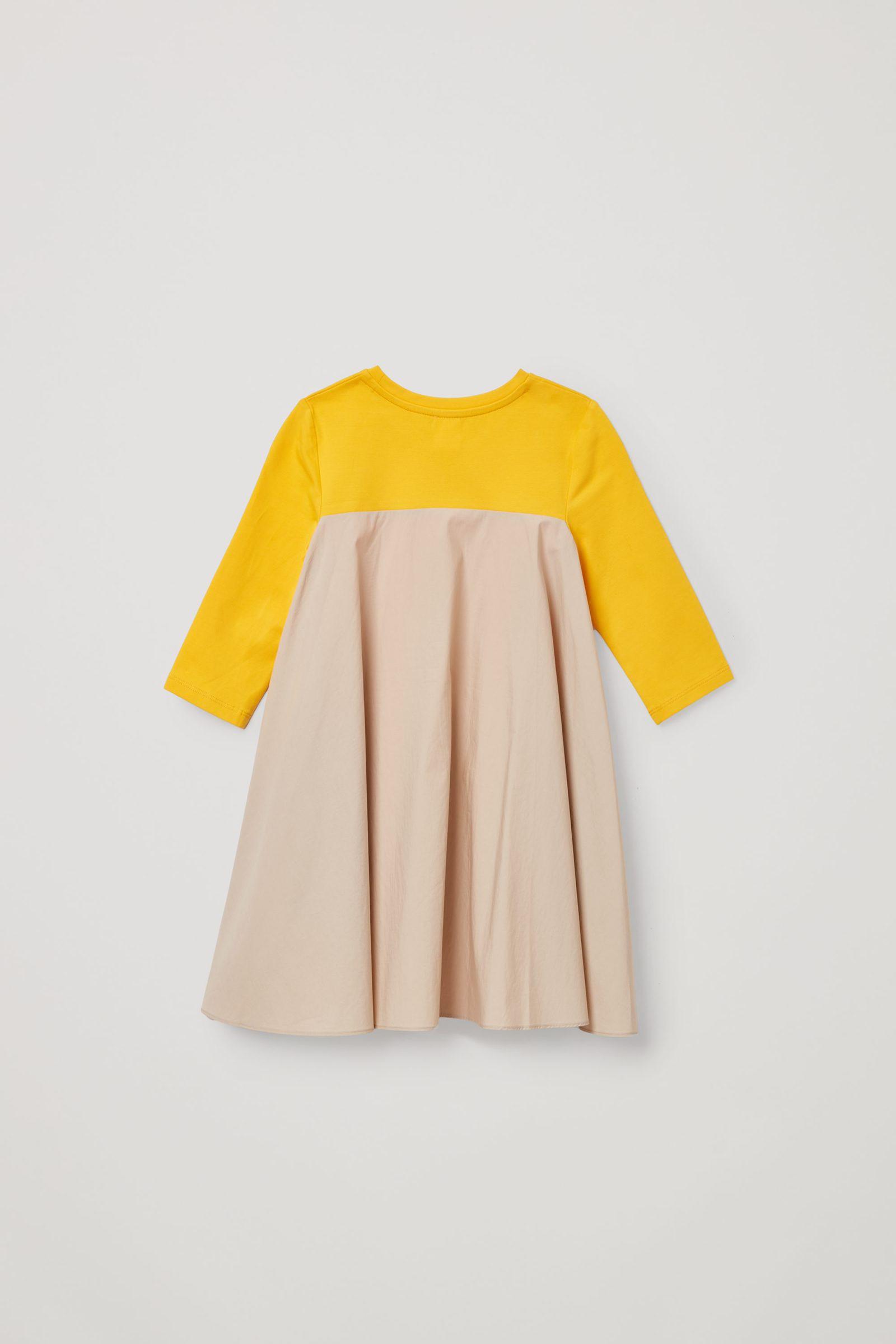 COS 오가닉 코튼 A라인 패널 드레스의 옐로우컬러 Product입니다.