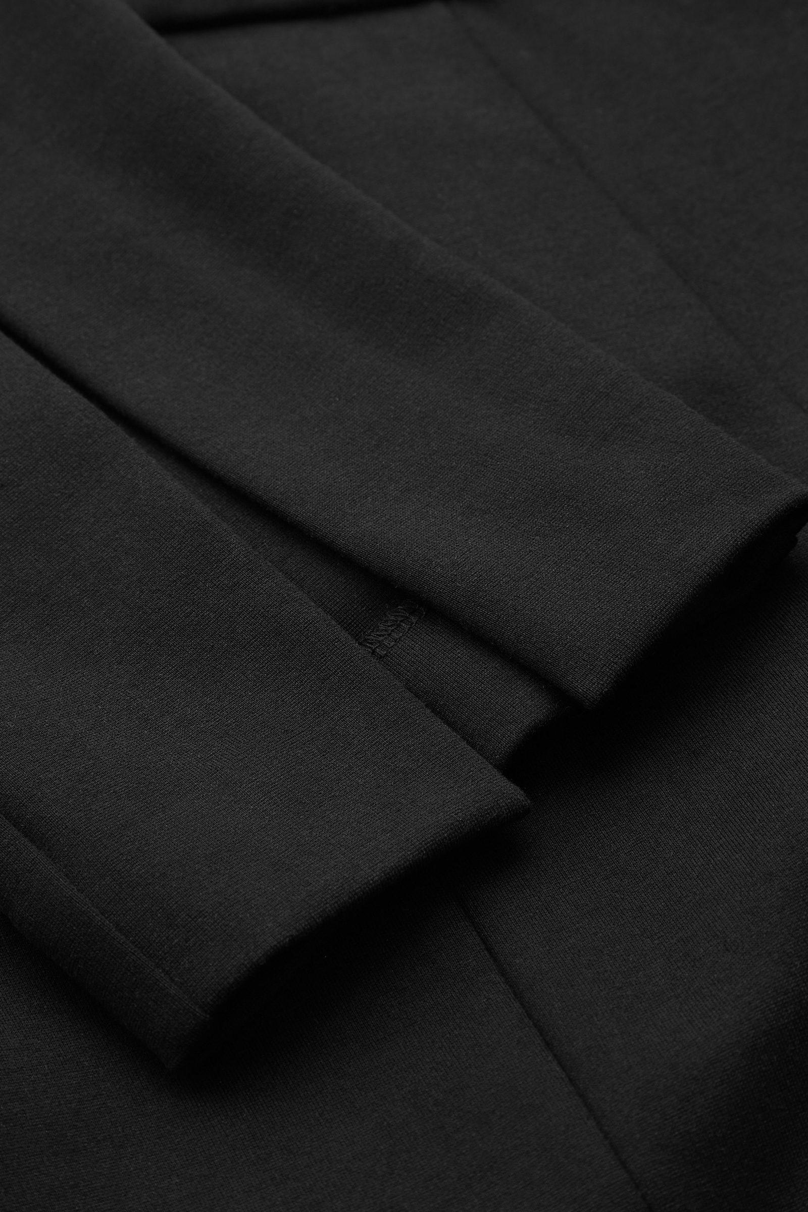 COS 슬림 핏 트라우저의 블랙컬러 Detail입니다.