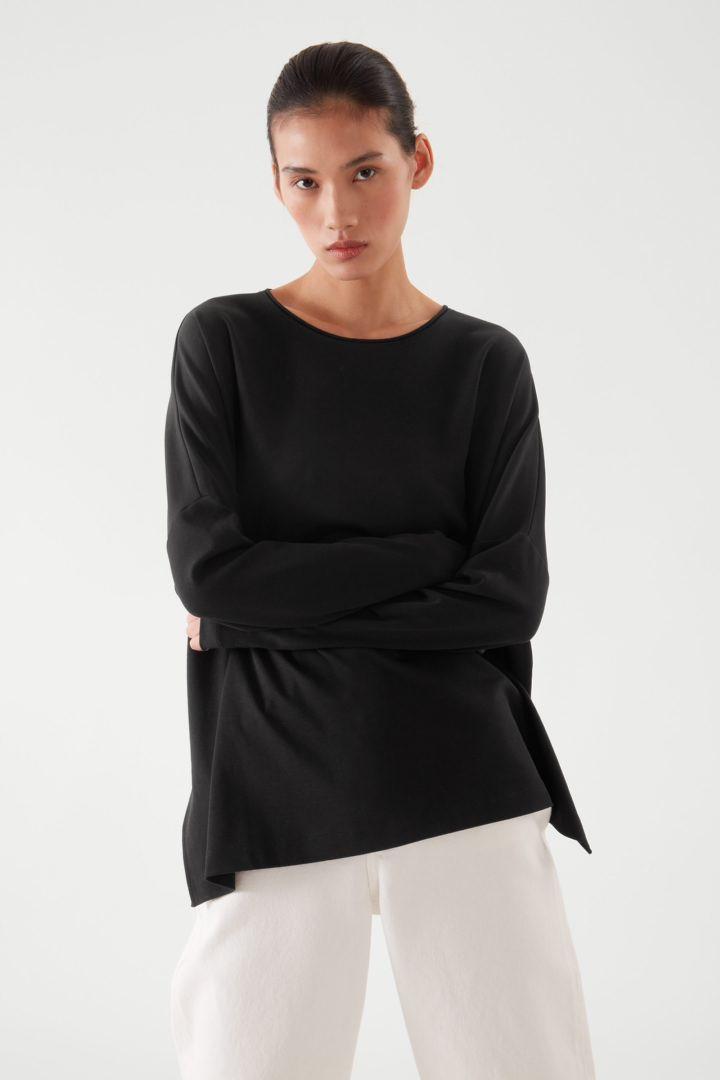 COS 롱 슬리브 티셔츠의 블랙컬러 ECOMLook입니다.