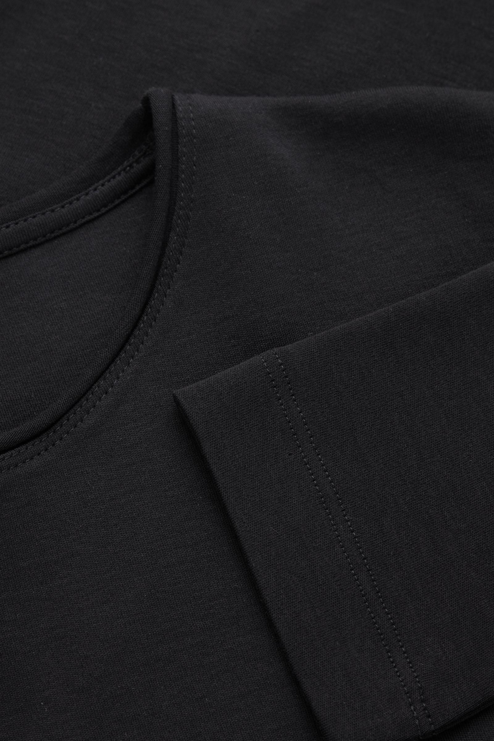 COS 롱 슬리브 티셔츠의 블랙컬러 Detail입니다.