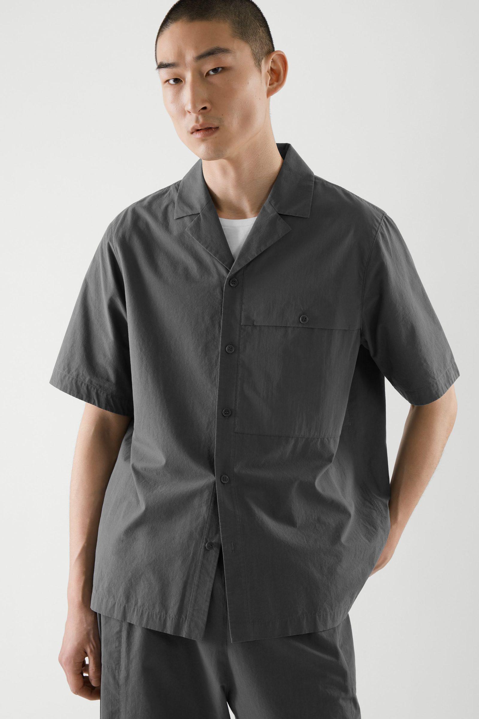 COS 패치 포켓 쇼트 슬리브 셔츠의 그레이컬러 ECOMLook입니다.