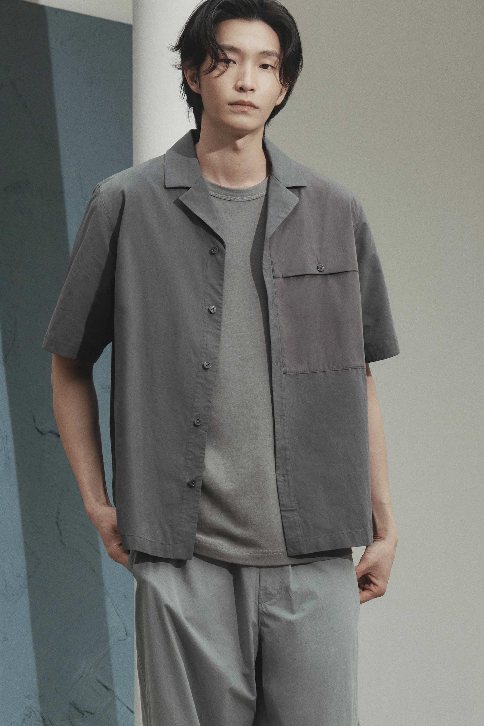 COS 패치 포켓 쇼트 슬리브 셔츠의 그레이컬러 Environmental입니다.