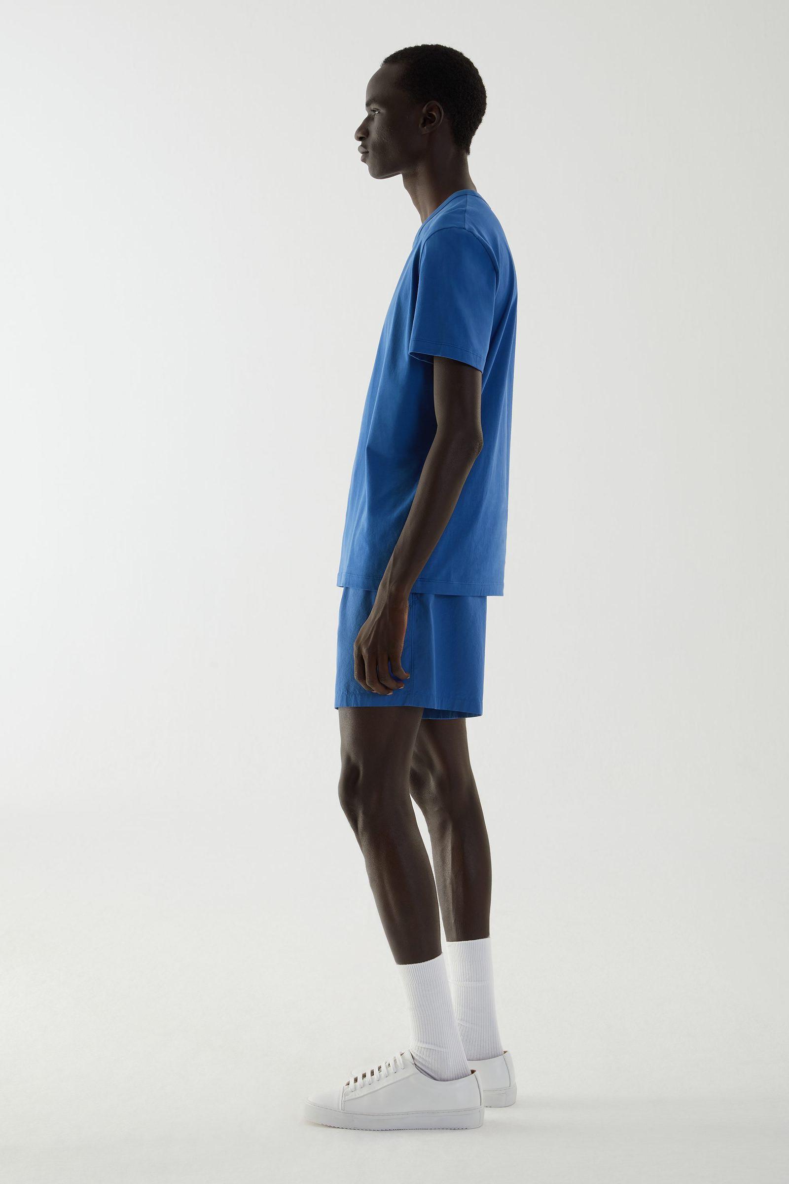COS 브러쉬드 코튼 티셔츠의 블루컬러 ECOMLook입니다.