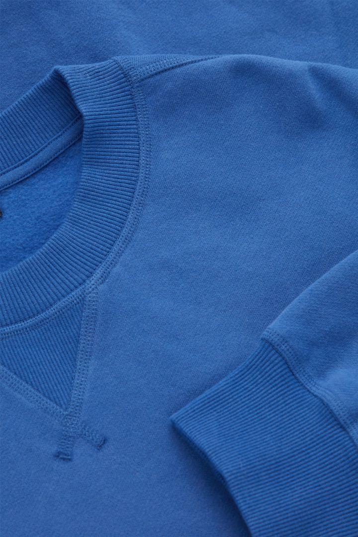 COS 브러쉬드 오가닉 코튼 릴랙스드 스웻셔츠의 블루컬러 Detail입니다.