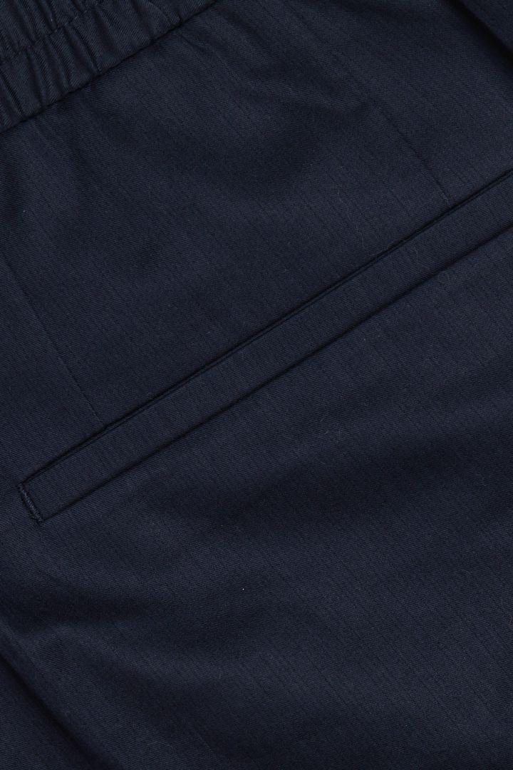 COS 오가닉 코튼 레귤러 핏 트라우저의 네이비컬러 Detail입니다.