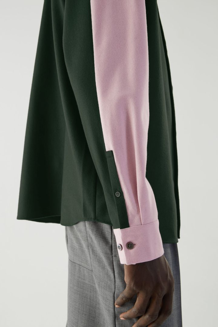 COS 펠트 이펙트 컨스트럭티드 패널 셔츠의 다크 그린 / 핑크컬러 ECOMLook입니다.
