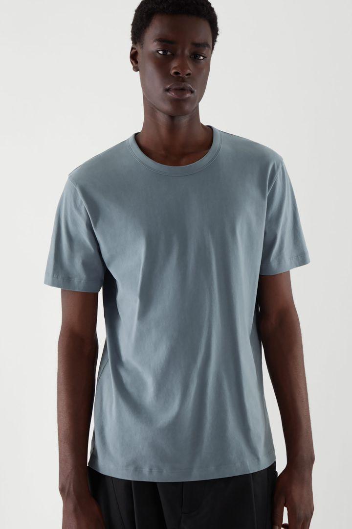 COS 레귤러 핏 브러쉬드 코튼 티셔츠의 스틸 블루컬러 ECOMLook입니다.