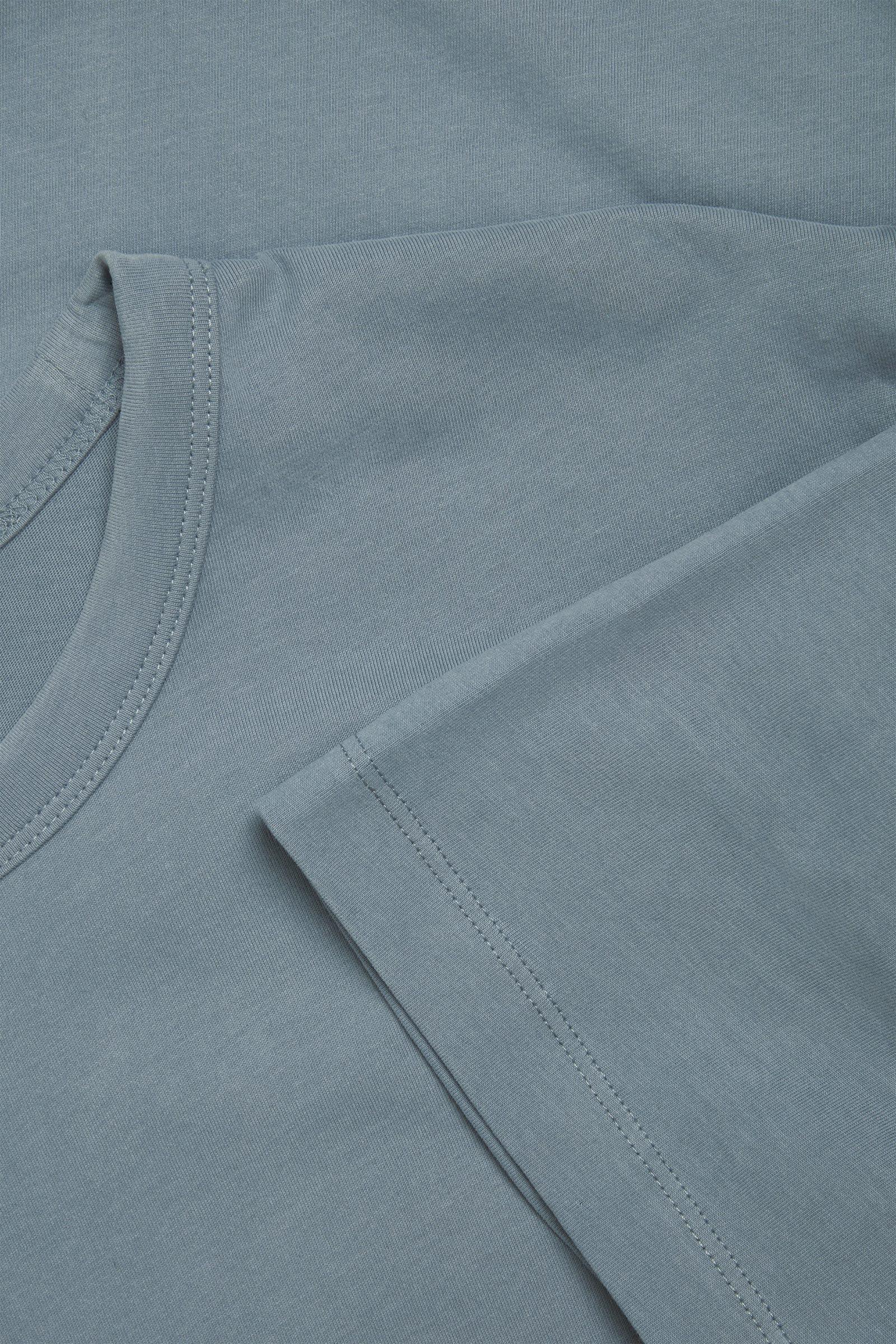 COS 레귤러 핏 브러쉬드 코튼 티셔츠의 스틸 블루컬러 Detail입니다.