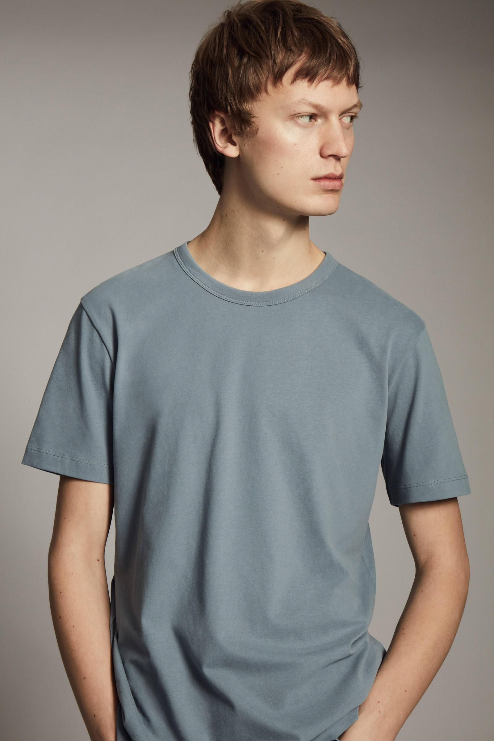 COS 레귤러 핏 브러쉬드 코튼 티셔츠의 스틸 블루컬러 Environmental입니다.