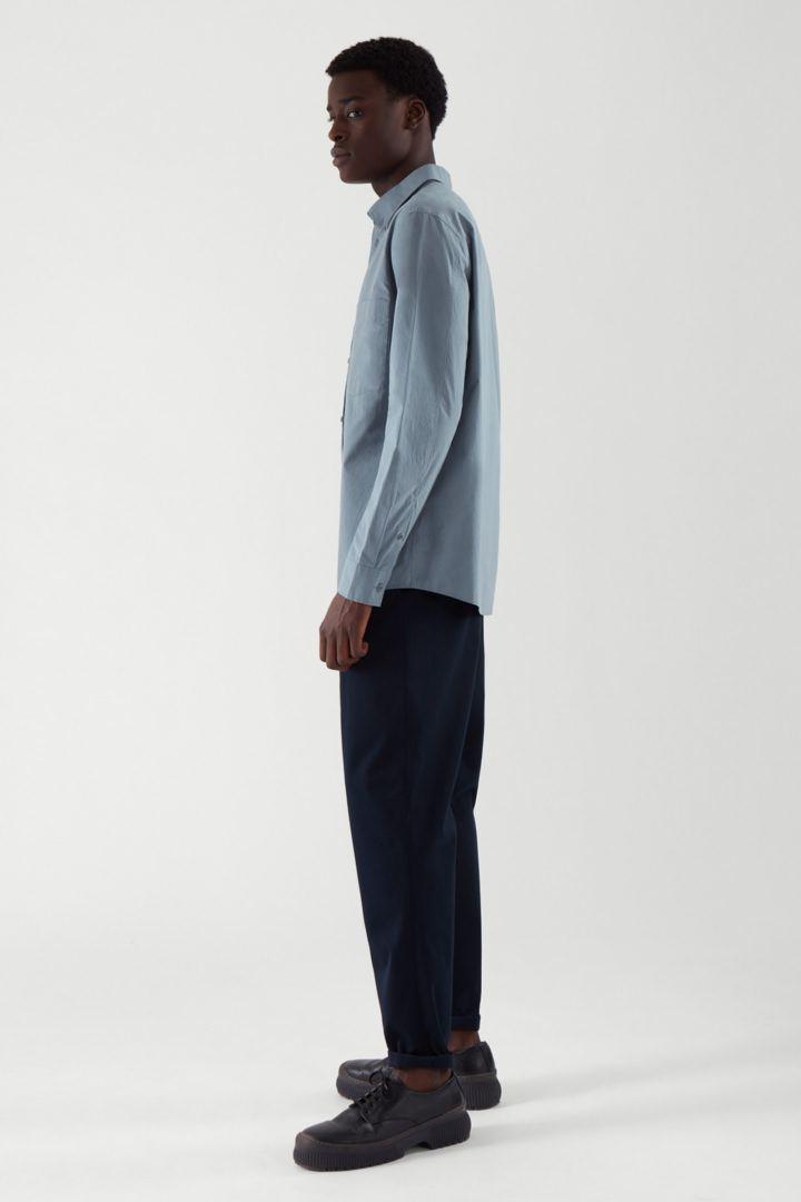 COS 레귤러 핏 포플린 셔츠의 스틸 블루컬러 ECOMLook입니다.