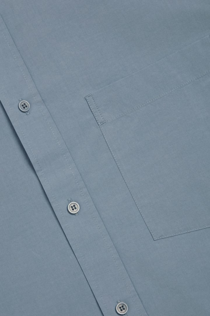 COS 레귤러 핏 포플린 셔츠의 스틸 블루컬러 Detail입니다.