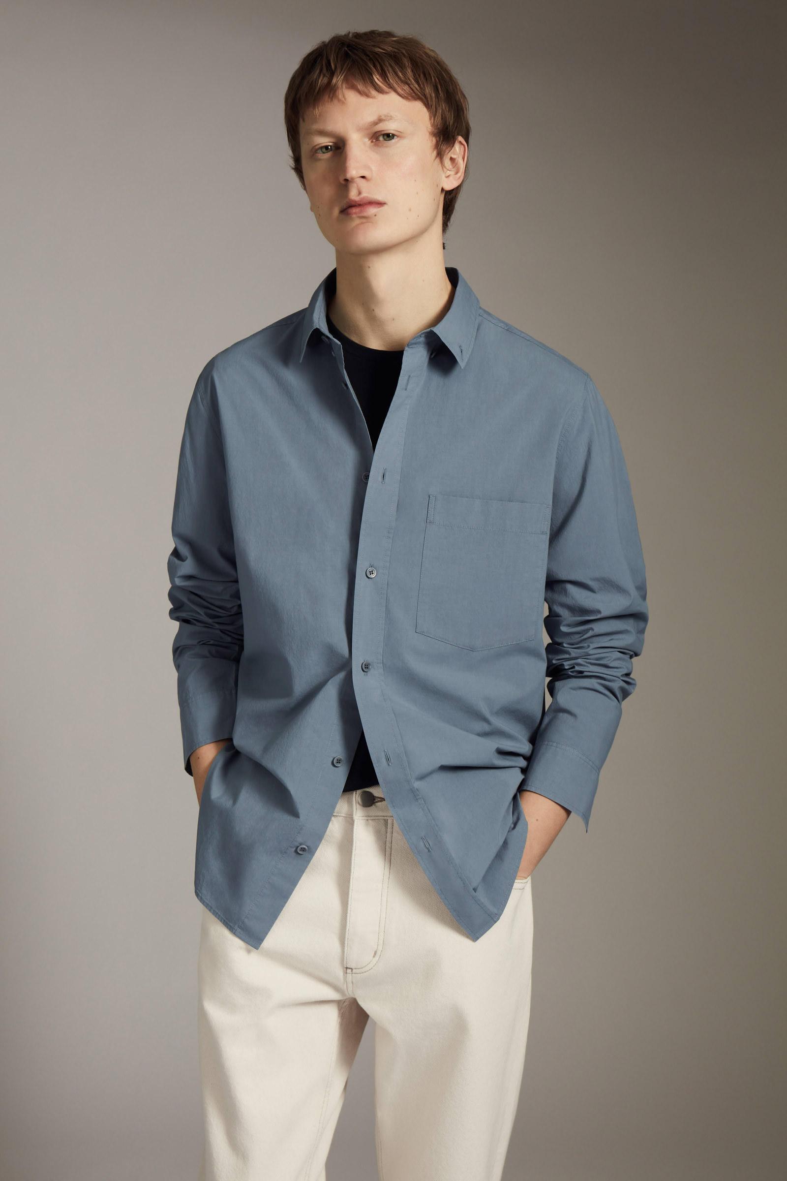 COS 레귤러 핏 포플린 셔츠의 스틸 블루컬러 Environmental입니다.