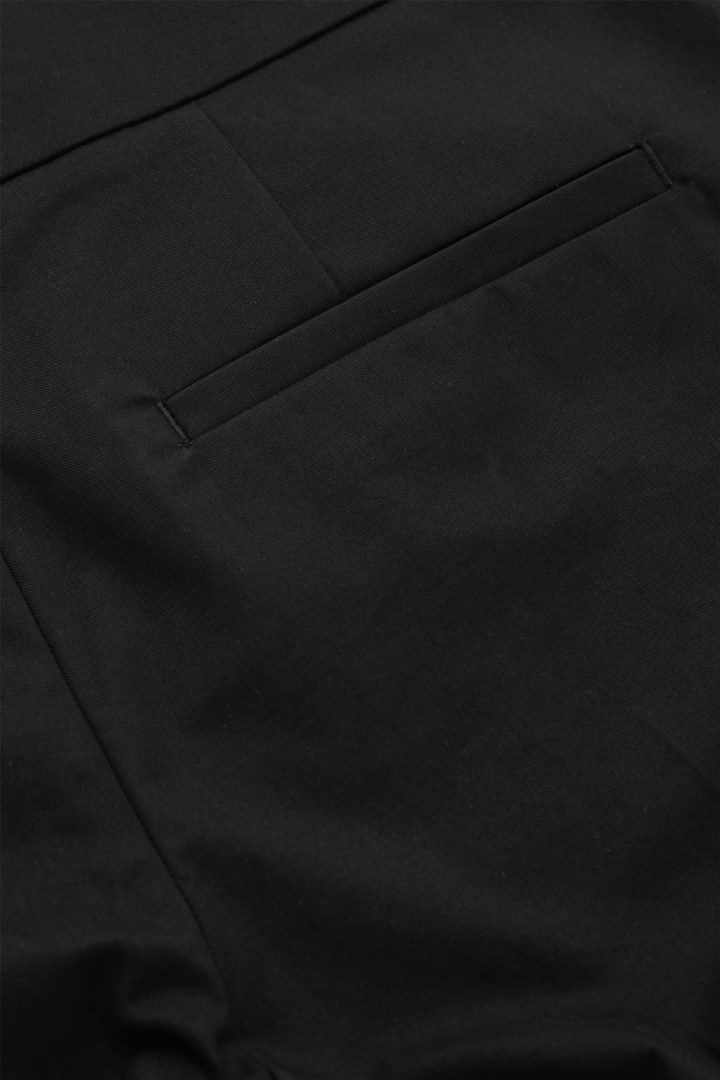 COS 코튼 턴업 큐롯의 블랙컬러 Detail입니다.
