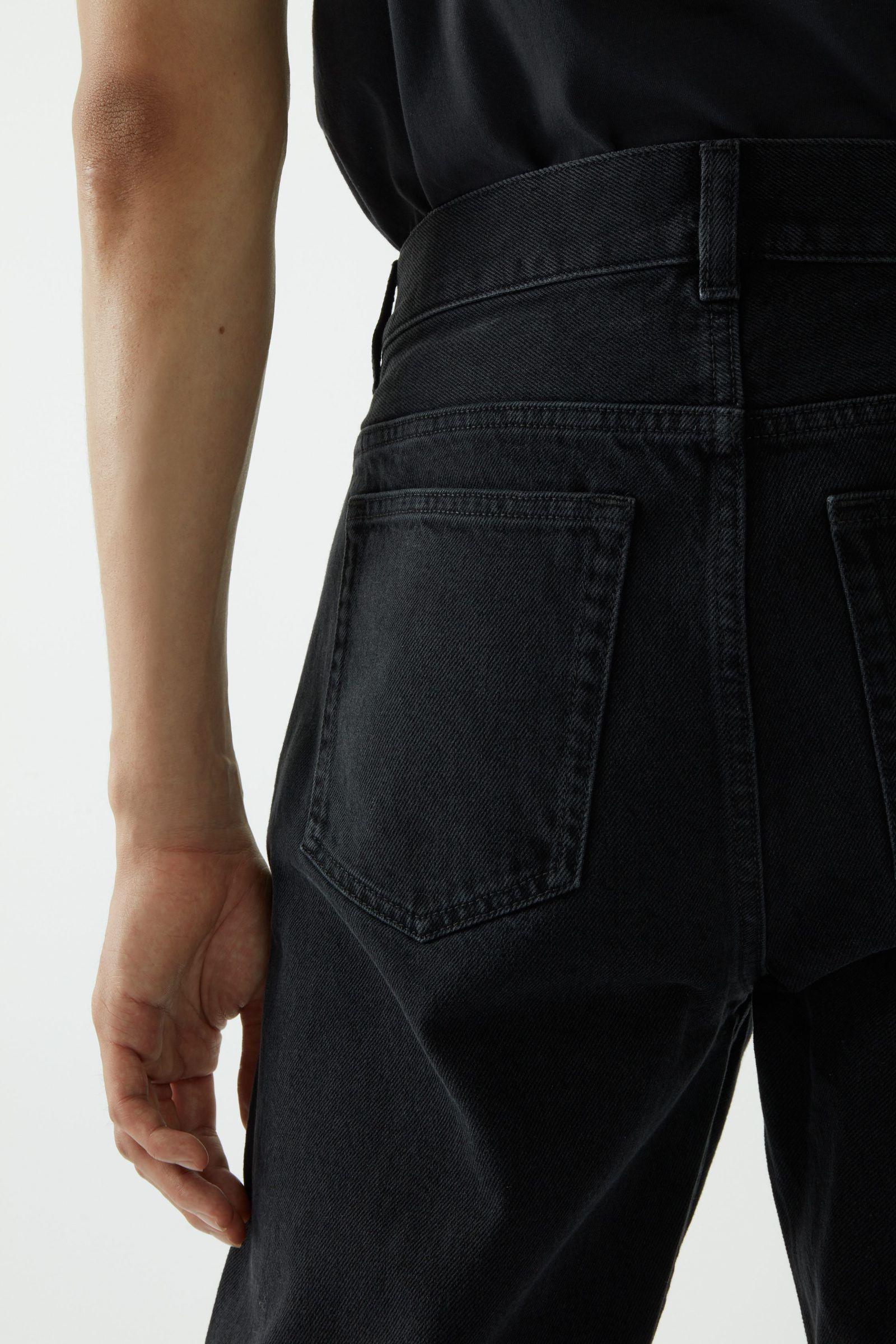 COS 오가닉 코튼 레귤러 핏 진의 그레이컬러 ECOMLook입니다.