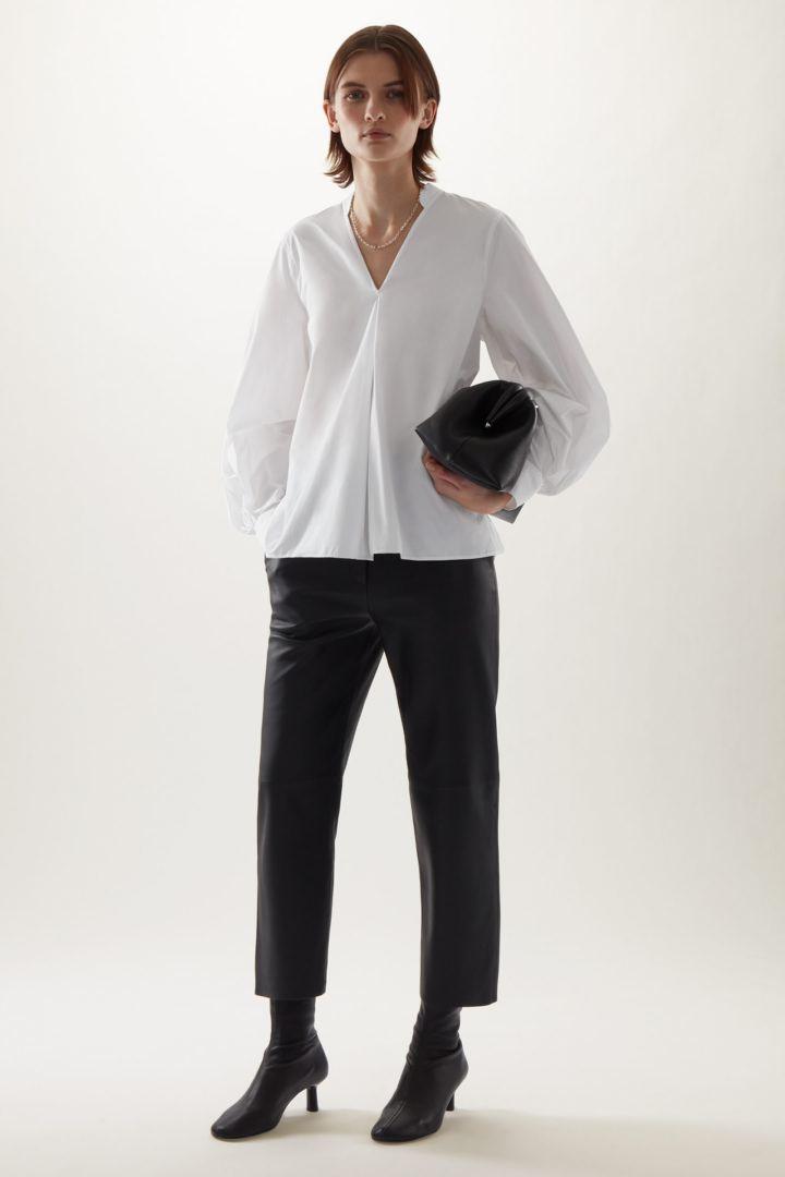 COS default image 2 of 화이트 in 리사이클 폴리에스터 V넥 A라인 셔츠