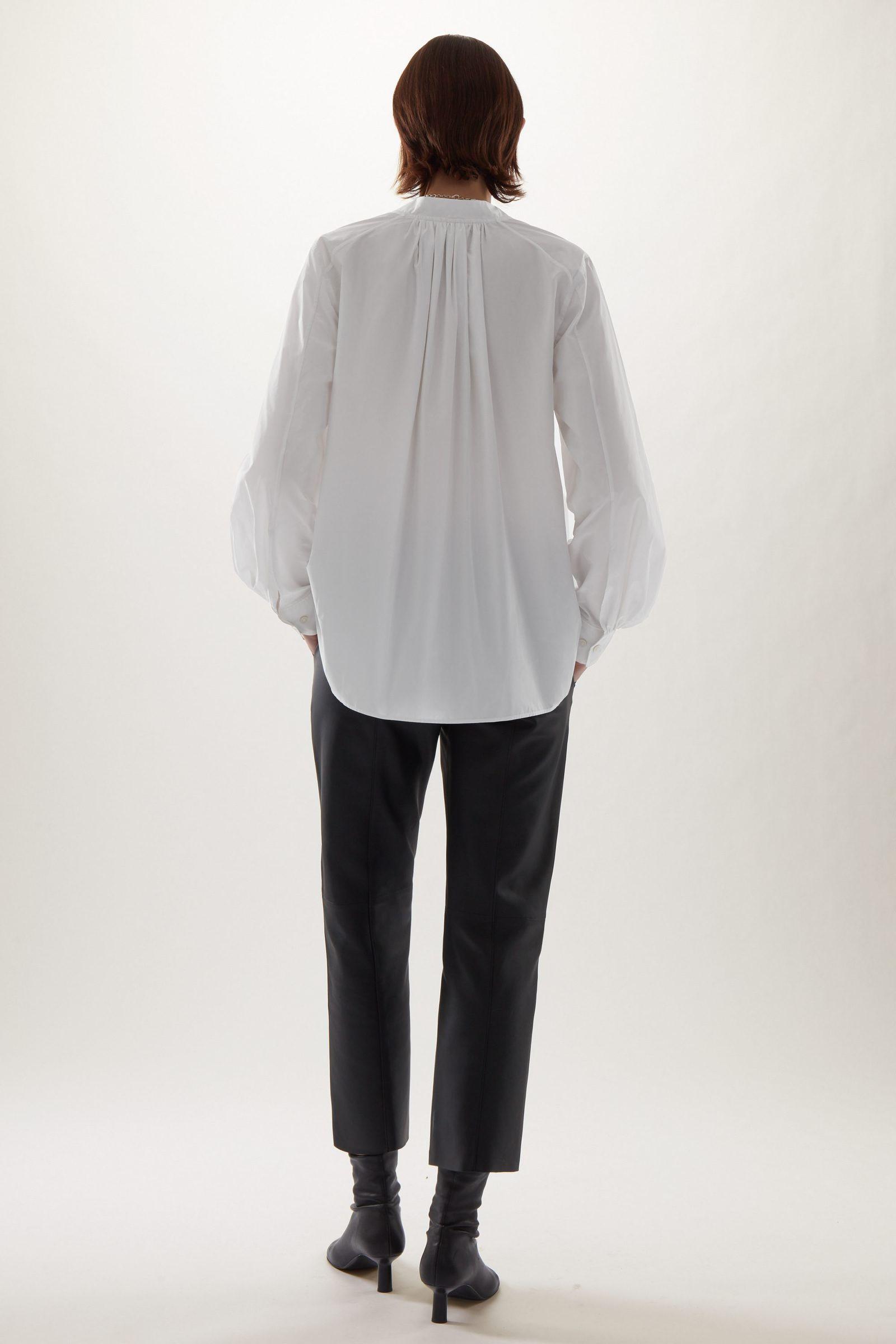COS 리사이클 폴리에스터 V넥 A라인 셔츠의 화이트컬러 ECOMLook입니다.