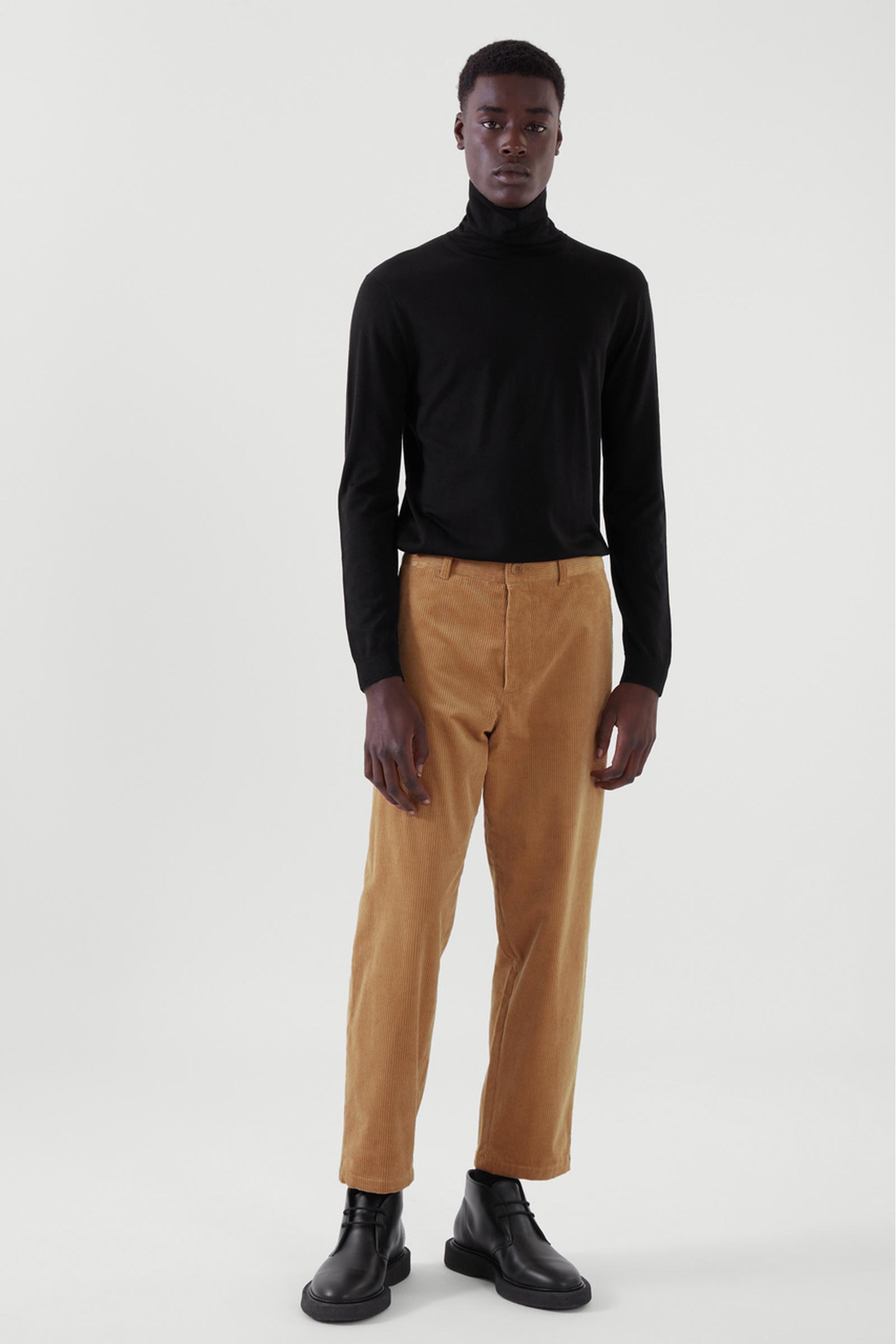 COS 메리노 롤넥 스웨터의 블랙컬러 ECOMLook입니다.