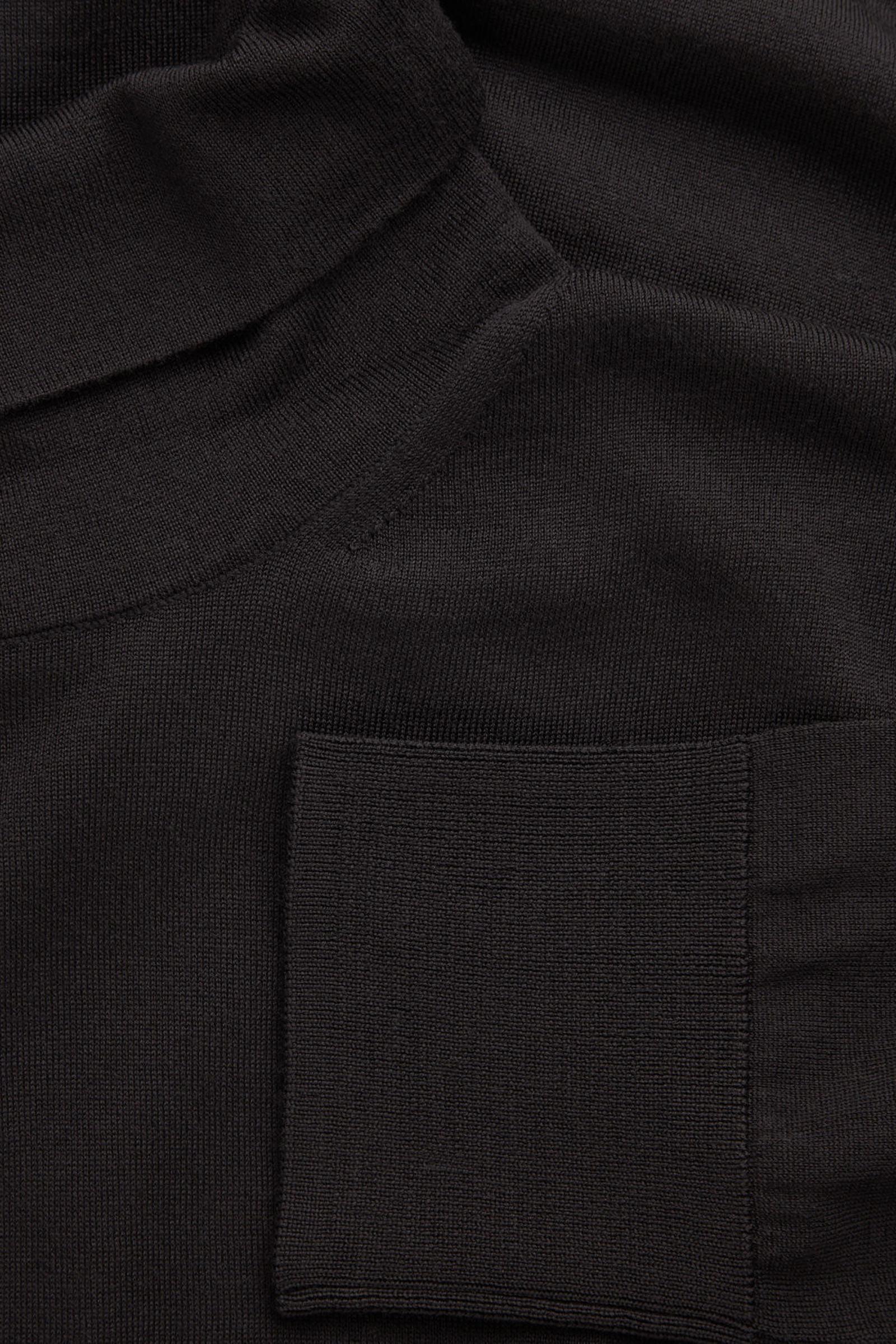 COS 메리노 롤넥 스웨터의 블랙컬러 Detail입니다.