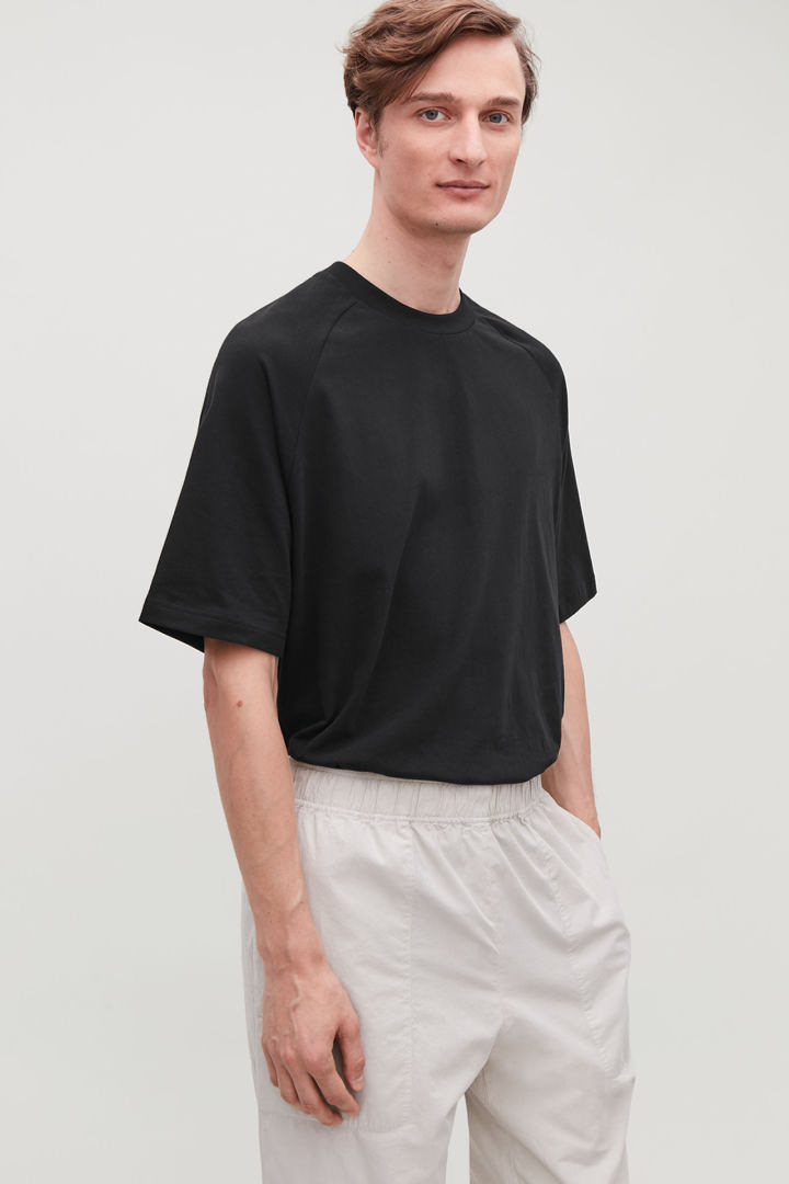 COS 릴랙스드 모크넥 티셔츠의 블랙컬러 모델컷입니다.