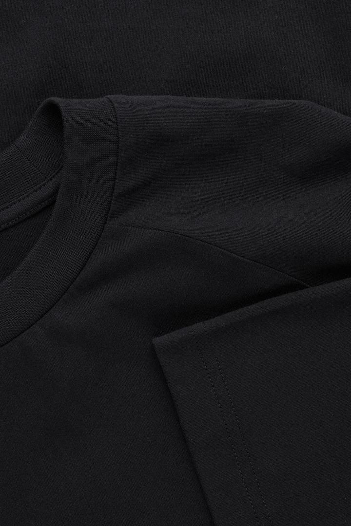 COS 릴랙스드 모크넥 티셔츠의 블랙컬러 상품컷입니다.