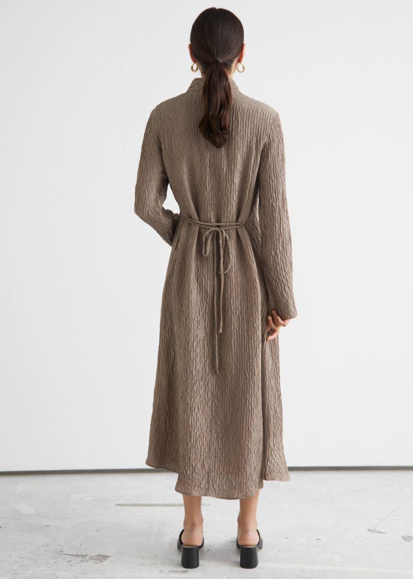 앤아더스토리즈 텍스처드 실크 미디 드레스의 몰컬러 ECOMLook입니다.