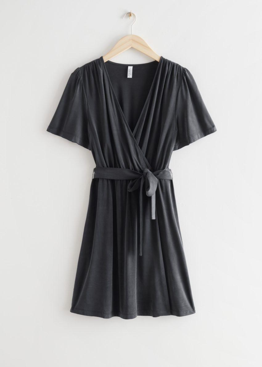 앤아더스토리즈 벨티드 랩 드레스의 블랙컬러 Product입니다.