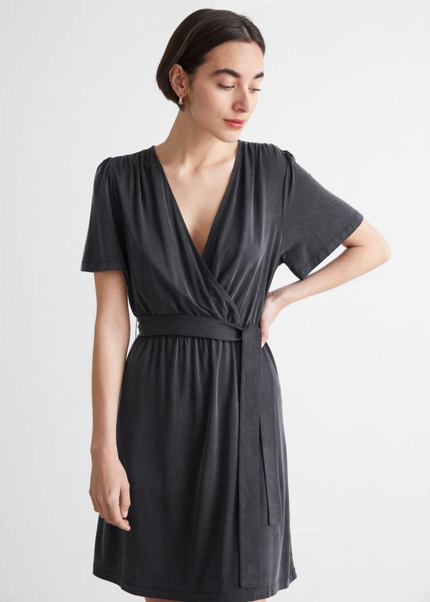앤아더스토리즈 벨티드 랩 드레스의 블랙컬러 ECOMLook입니다.