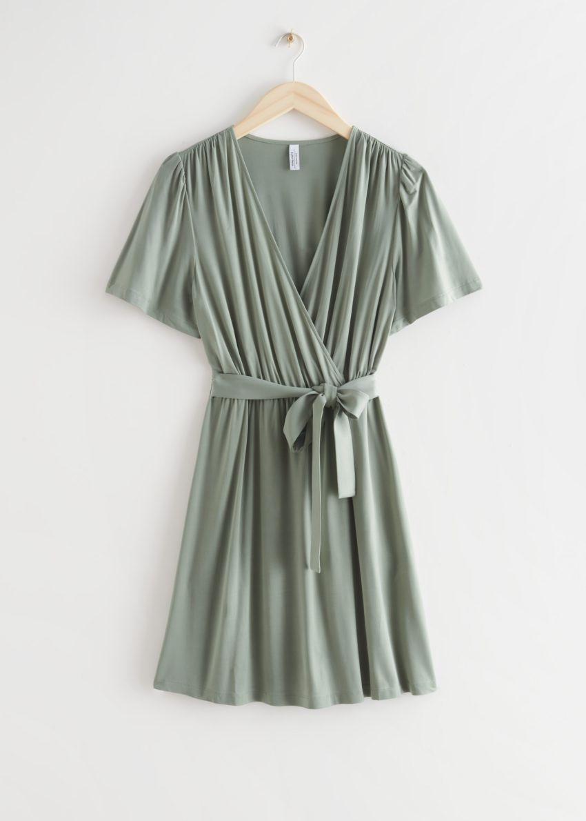 앤아더스토리즈 벨티드 랩 드레스의 카키컬러 Product입니다.