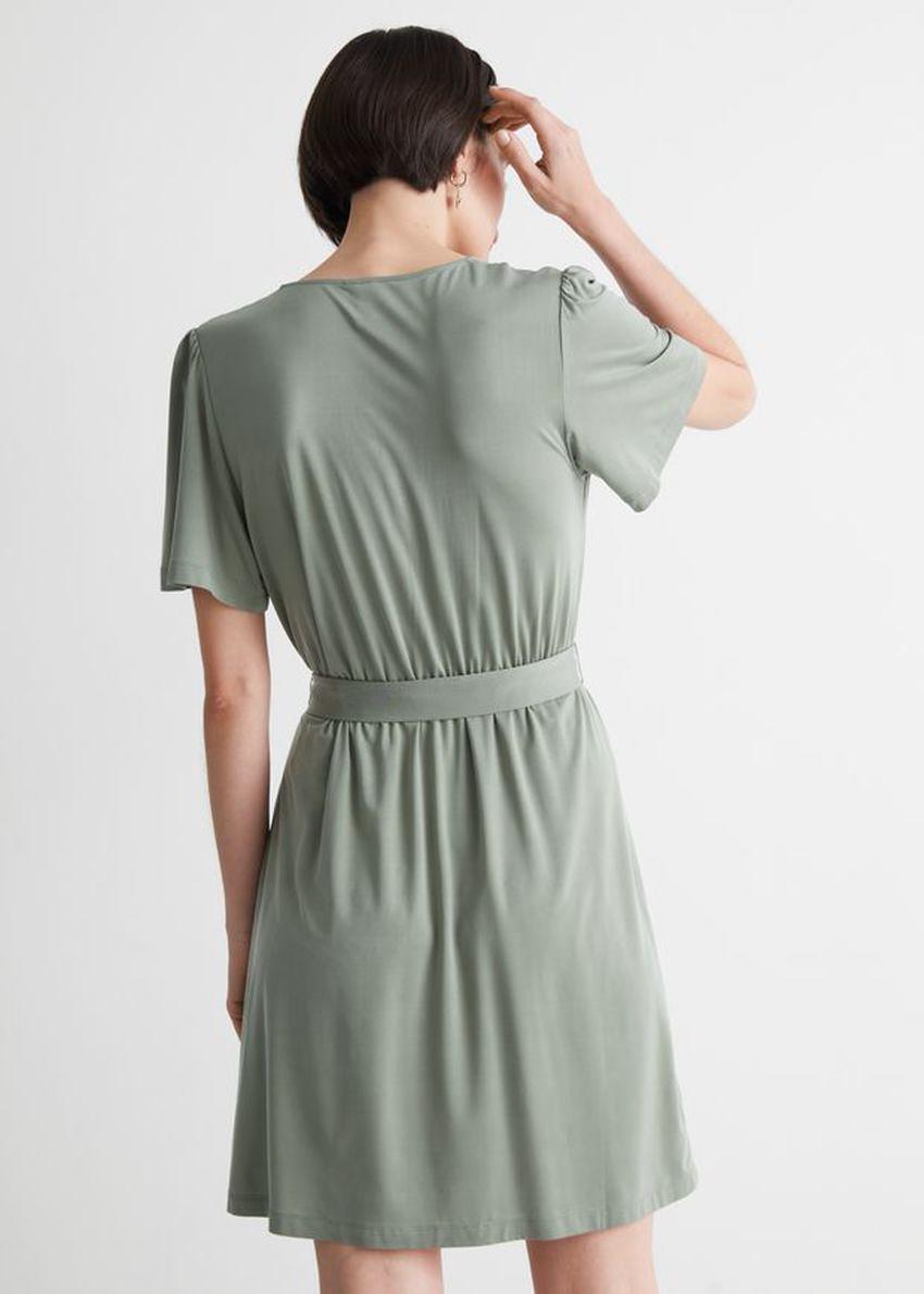 앤아더스토리즈 벨티드 랩 드레스의 카키컬러 ECOMLook입니다.