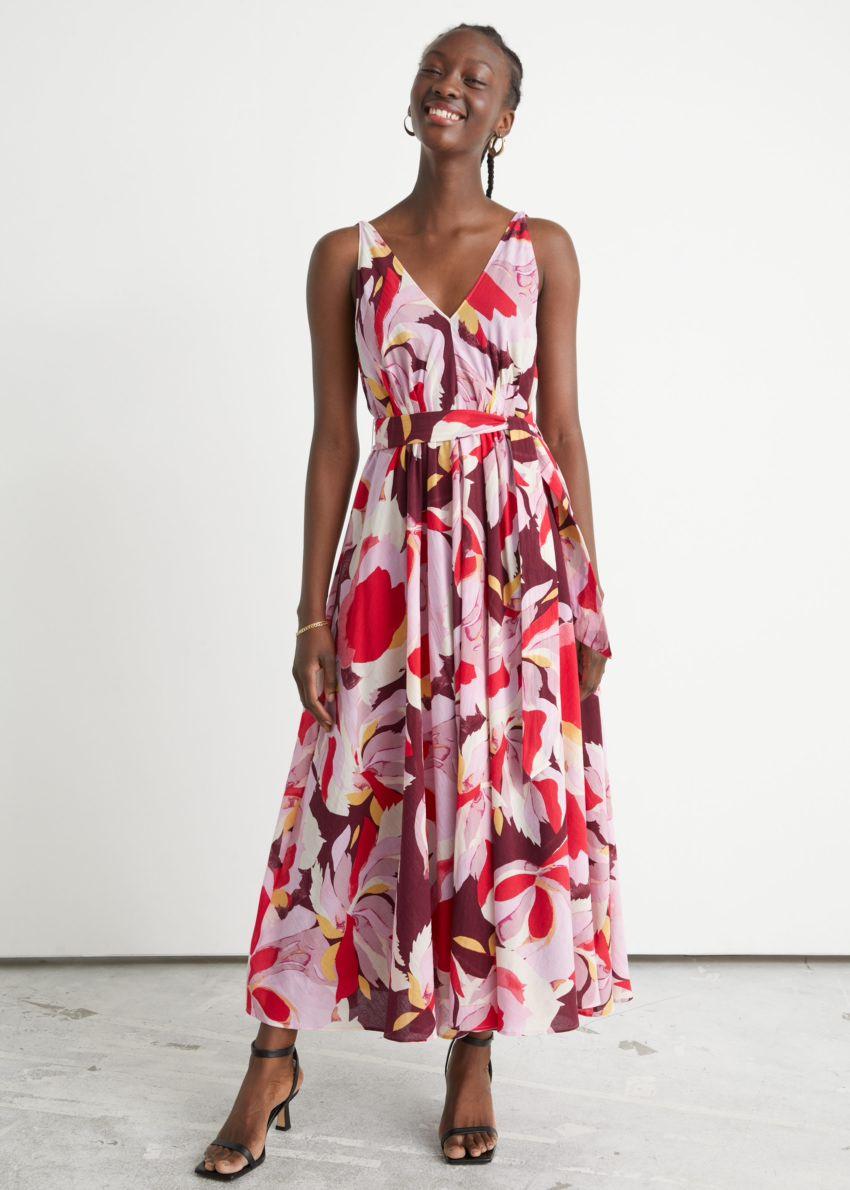 앤아더스토리즈 벨티드 플로럴 프린트 미디 드레스의 레드 플로럴컬러 ECOMLook입니다.