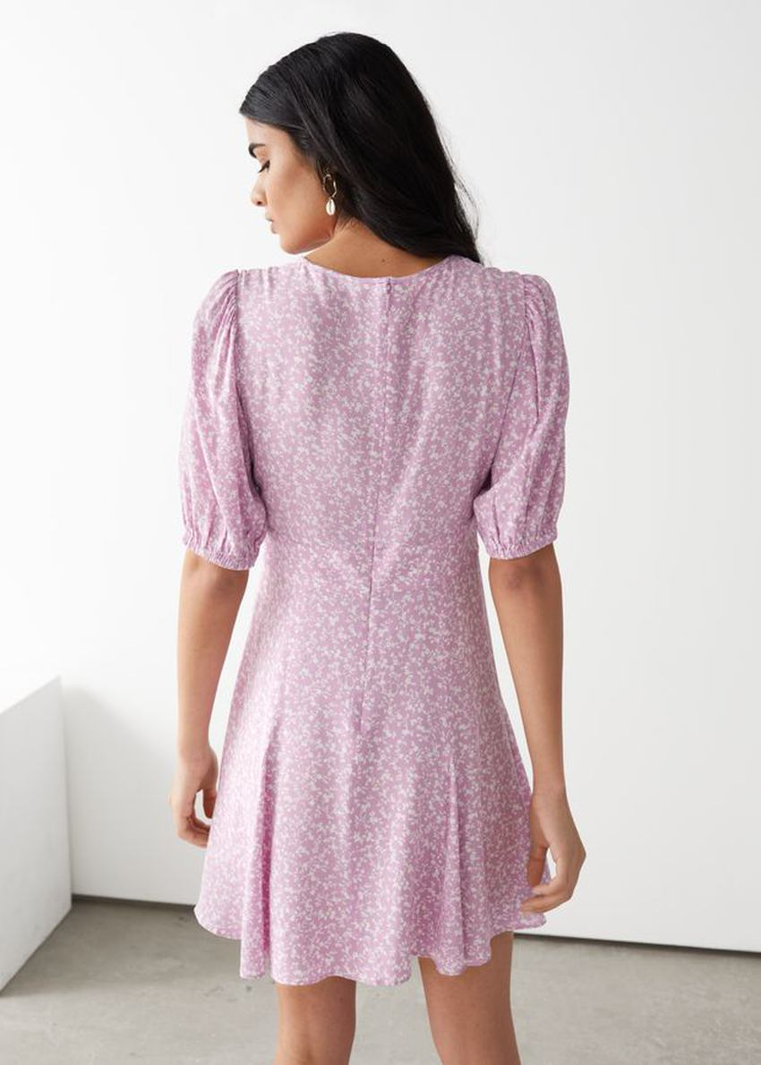 앤아더스토리즈 퍼프 슬리브 미니 드레스의 핑크컬러 ECOMLook입니다.