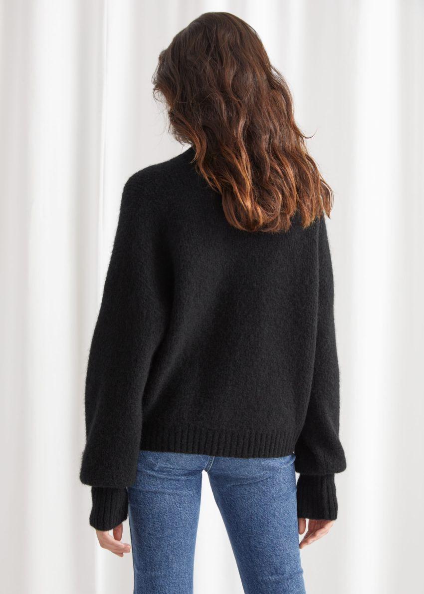 앤아더스토리즈 알파카 블렌드 터틀넥 니트 스웨터의 블랙컬러 ECOMLook입니다.