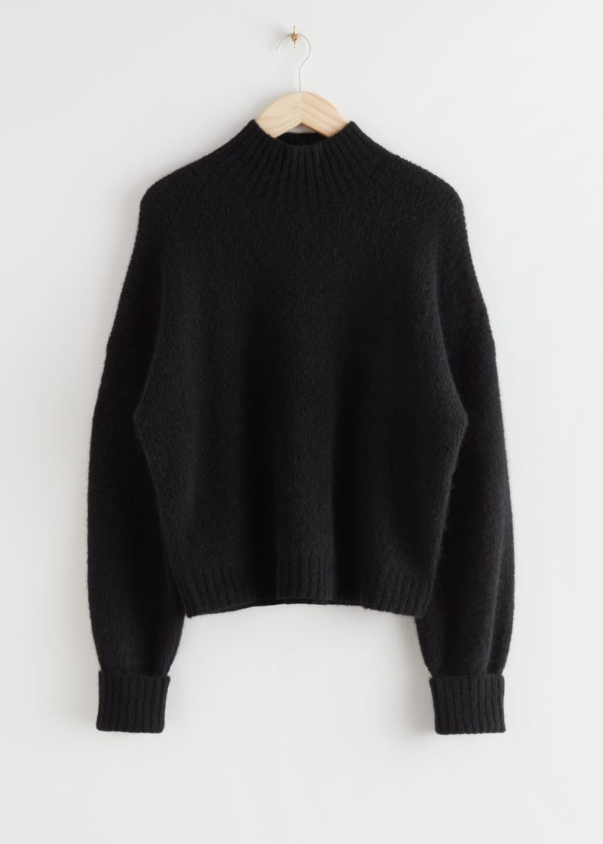 앤아더스토리즈 알파카 블렌드 터틀넥 니트 스웨터의 블랙컬러 Product입니다.