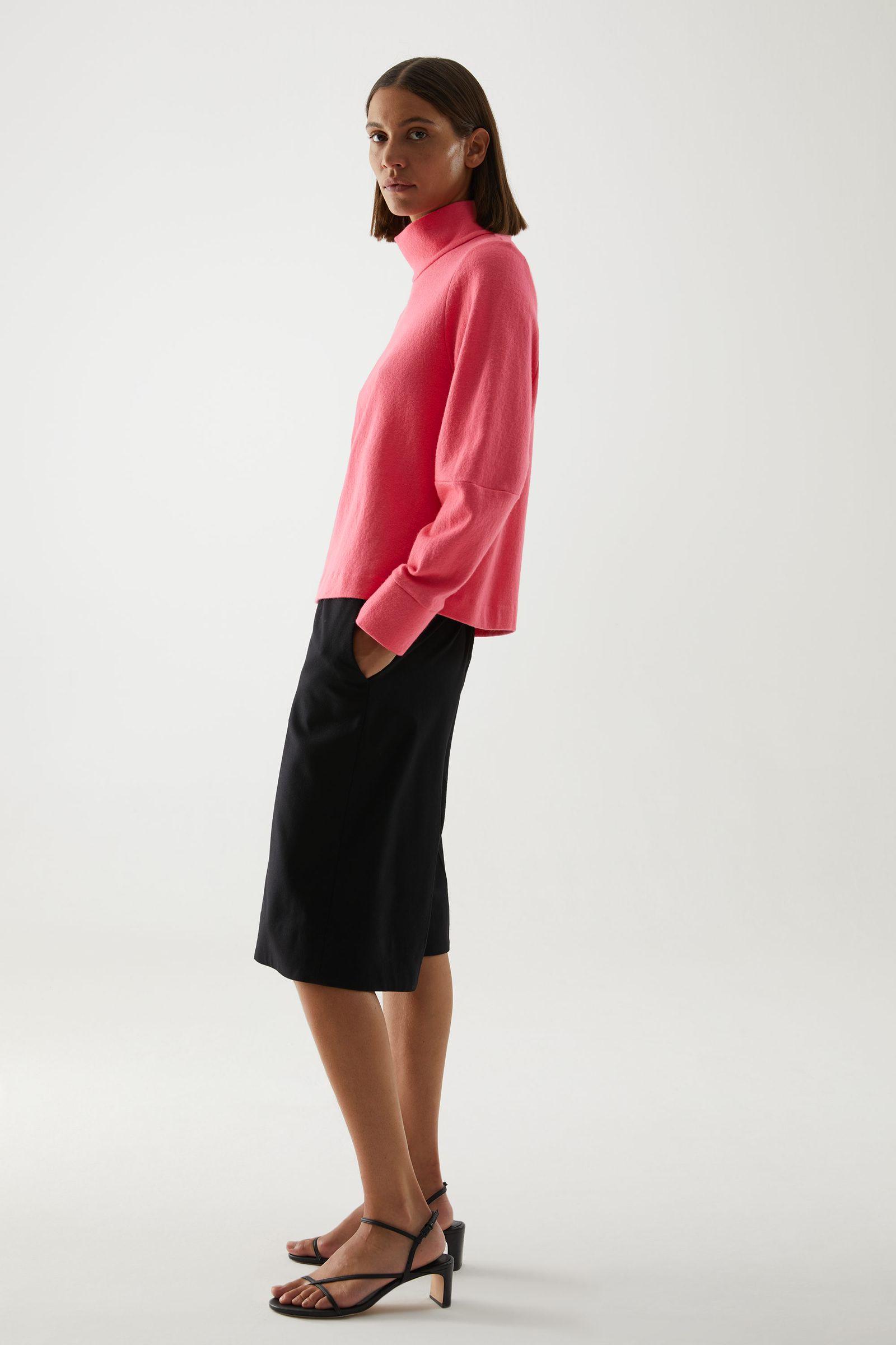 COS 메리노 울 오가닉 코튼 믹스 롤넥 스트럭처드 스웨터의 핑크컬러 ECOMLook입니다.