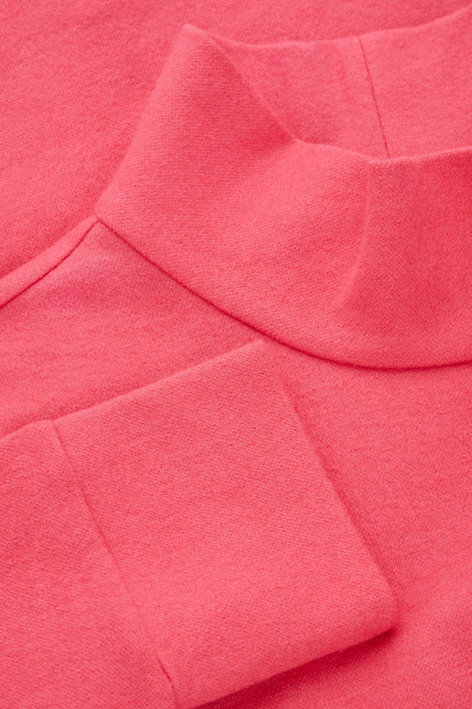 COS 메리노 울 오가닉 코튼 믹스 롤넥 스트럭처드 스웨터의 핑크컬러 Detail입니다.