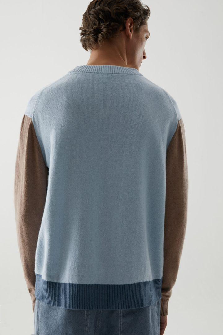 COS 컬러 블록 울 코튼 스웨터의 터쿼이즈컬러 ECOMLook입니다.