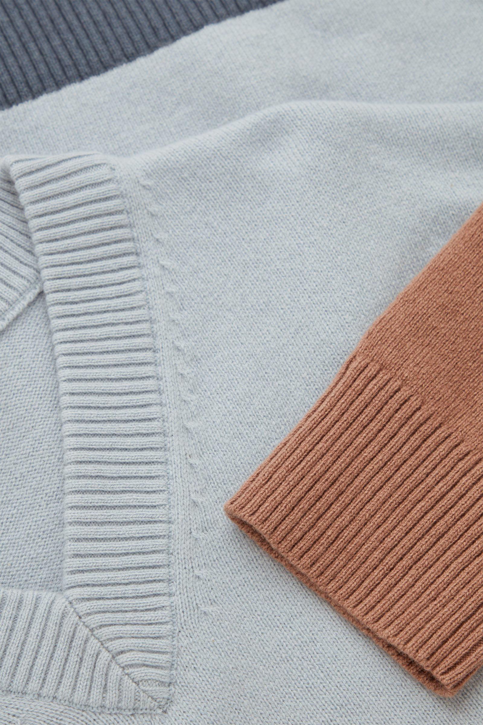 COS 컬러 블록 울 코튼 스웨터의 터쿼이즈컬러 Detail입니다.