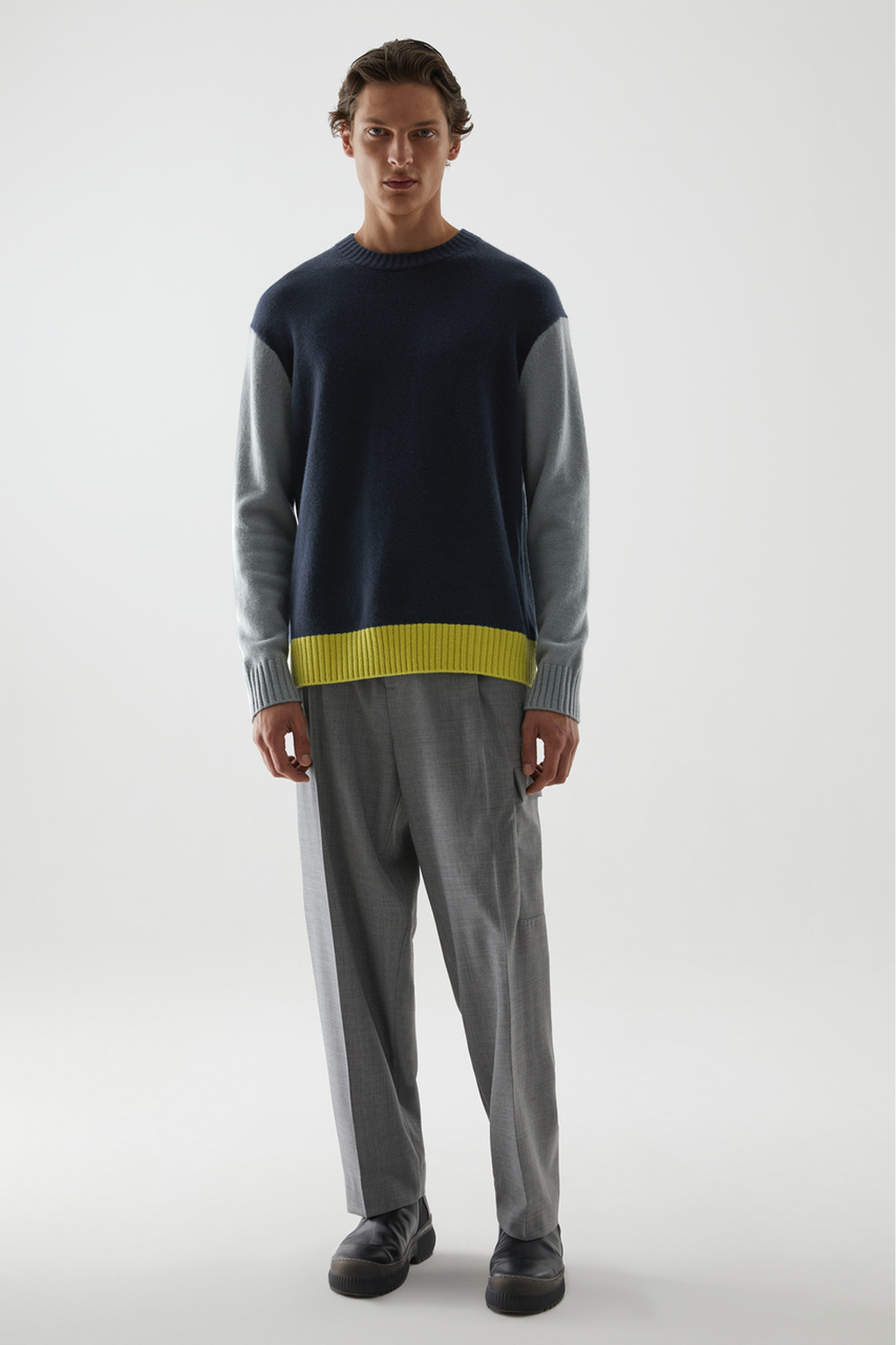 COS 캐시미어 컨트래스트 패널 스웨터의 네이비 / 그레이 / 옐로우컬러 ECOMLook입니다.
