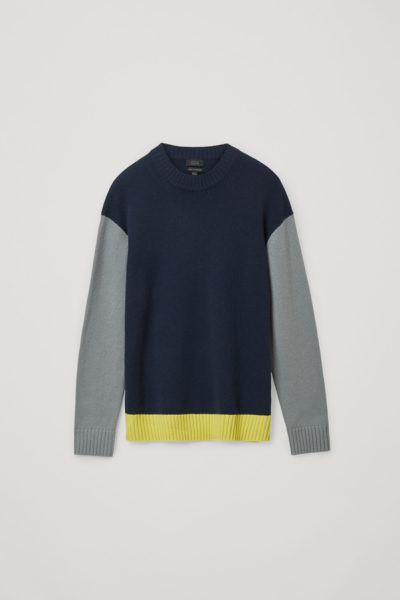 COS image 1 of 네이비 / 그레이 / 옐로우 in 캐시미어 컨트래스트 패널 스웨터