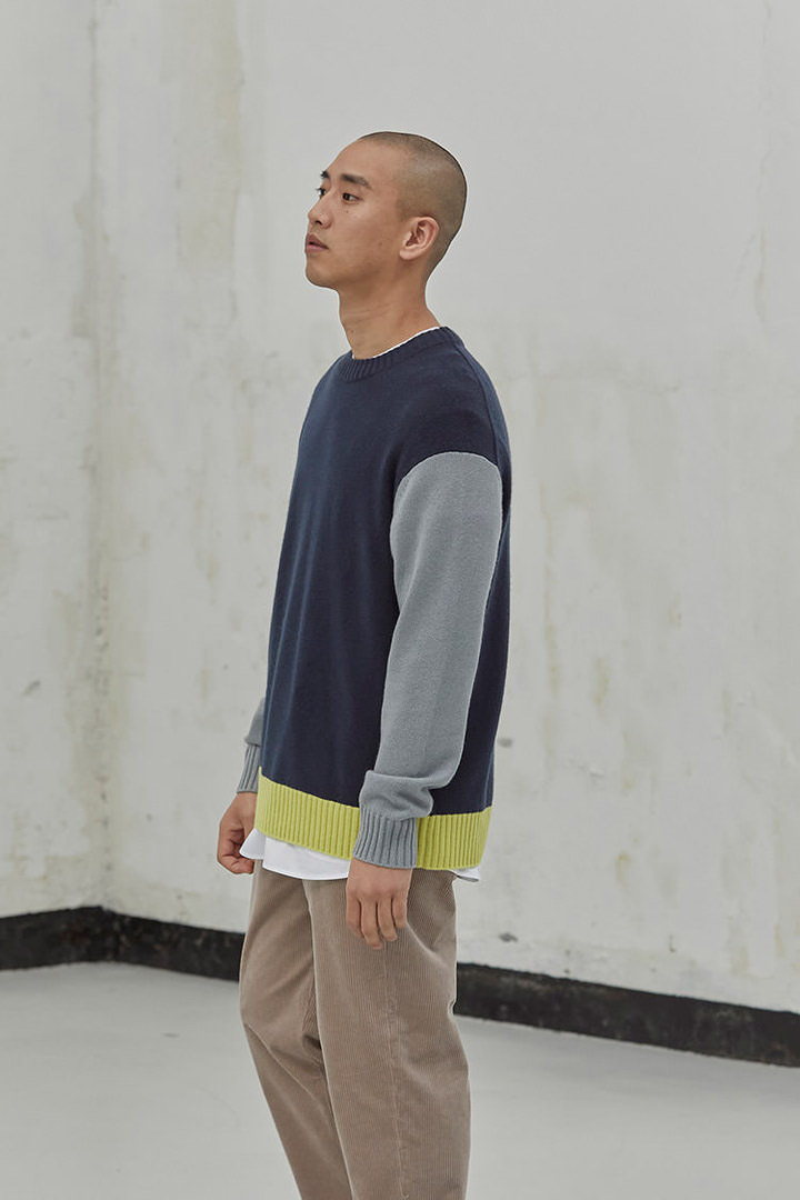 COS 캐시미어 컨트래스트 패널 스웨터의 네이비 / 그레이 / 옐로우컬러 Environmental입니다.