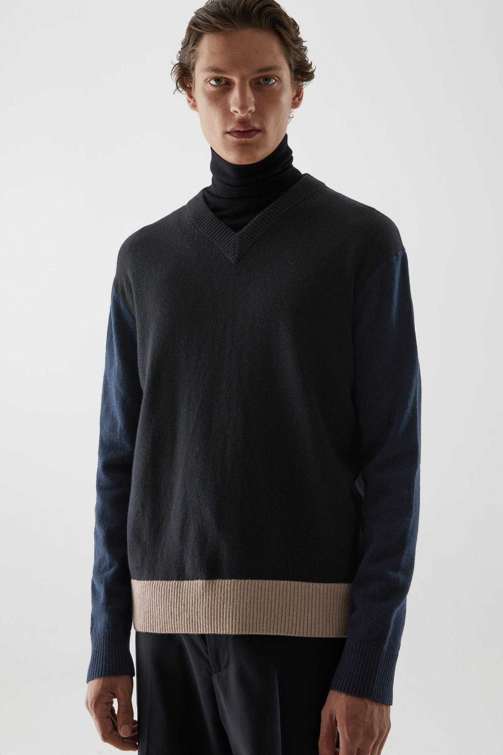COS 컬러 블록 울 코튼 스웨터의 브라운 / 네이비 / 블랙컬러 ECOMLook입니다.