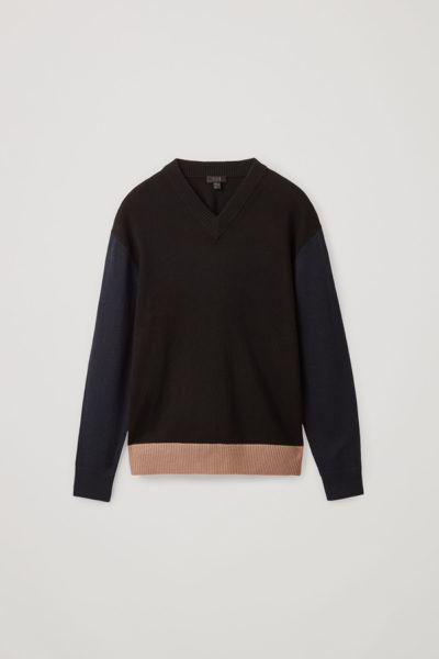 COS image 1 of 브라운 / 네이비 / 블랙 in 컬러 블록 울 코튼 스웨터