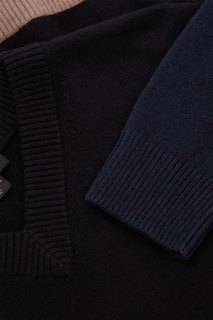 COS 컬러 블록 울 코튼 스웨터의 브라운 / 네이비 / 블랙컬러 Detail입니다.