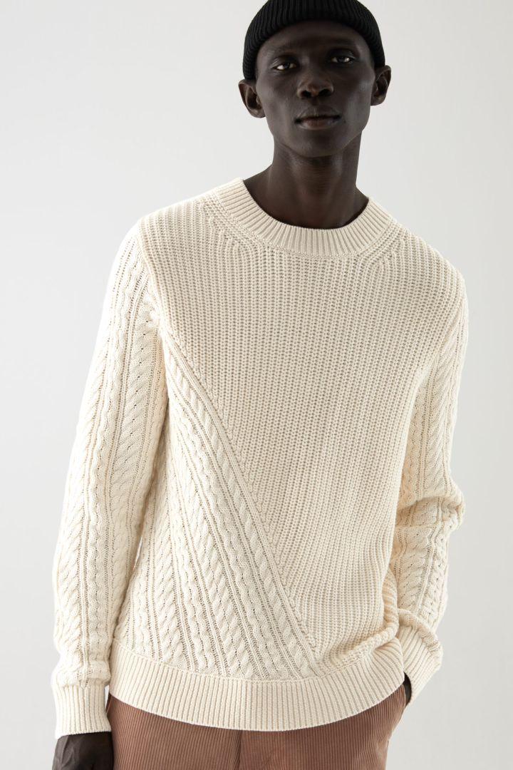 COS default image 1 of 베이지 in 메리노 울 오가닉 코튼 믹스 케이블 니트 디테일 스웨터