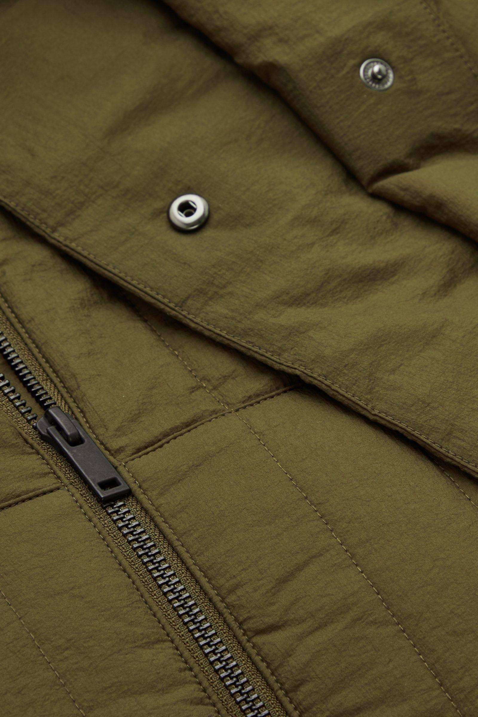 COS 패딩 후드 코트의 카키 그린컬러 Detail입니다.
