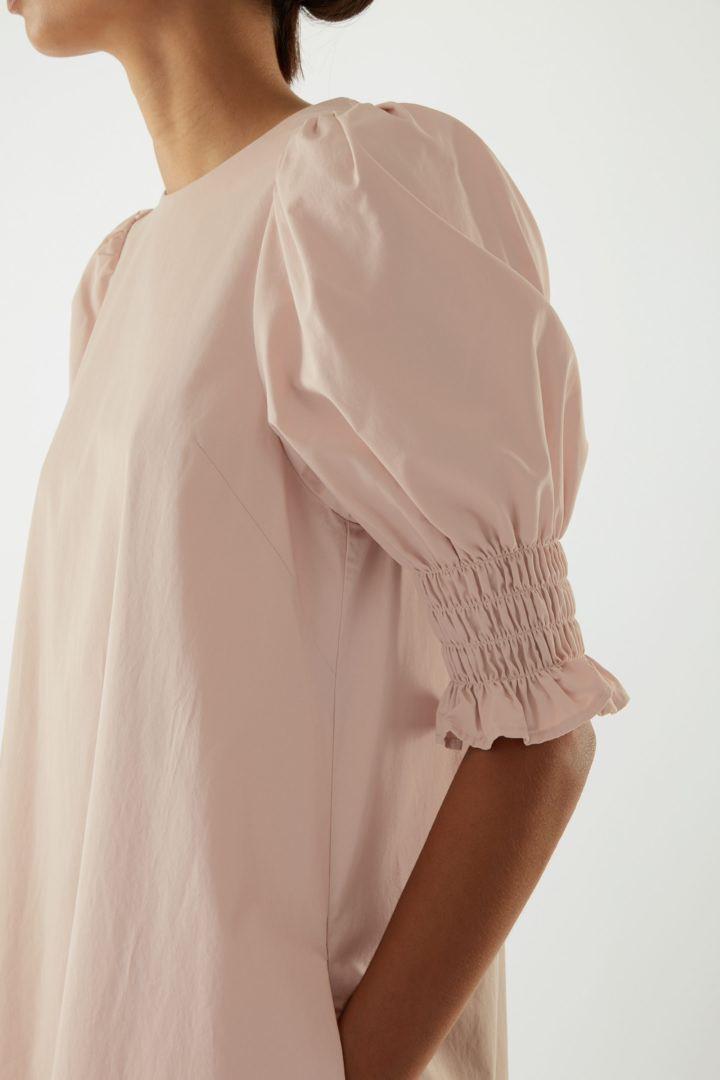COS 코튼 스모킹 퍼프 슬리브 드레스의 베이지컬러 ECOMLook입니다.