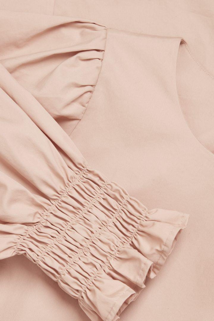 COS 코튼 스모킹 퍼프 슬리브 드레스의 베이지컬러 Detail입니다.